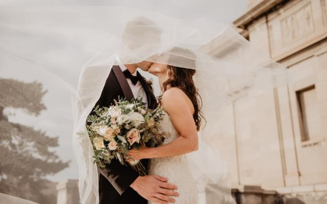 novios besándose después de la boda
